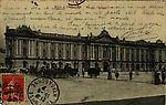 N&B-8bis-Façade du Capitole (+voitures hippomobiles)