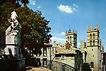 La Fontaine des Licornes et les tours de la cathédrale St-Pierre