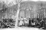 Thann, Haut-Rhin, Alsace, Les Allemands sur la place du Bungert en mai 1914. A droite l`école primai