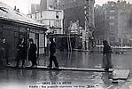 La Crue de la Seine La Rue Gros, une Passerelle improvisée