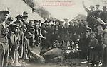 """Grèves de Limoges, 15 avril 1905. Barricade Ancienne Route d`Aixe, avec le corps de la jument """"Estac"""